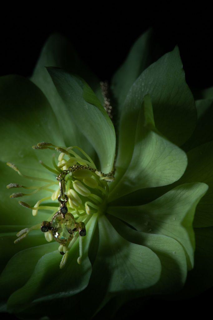 coeur d'une fleur pris en macrophotographie avec un pendentif miniature photo de virginie perocheau