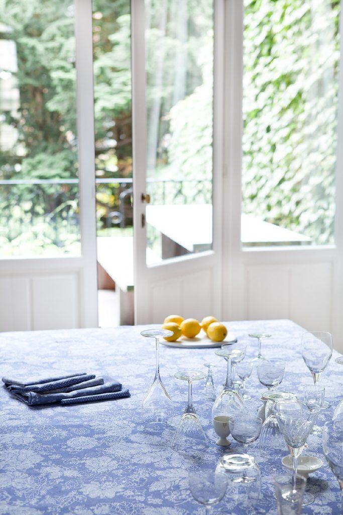 photo de virginie perocheau pour verilin ligne de linge de maison. Nappe bleue au citron jaune. Epuré et idee d'été
