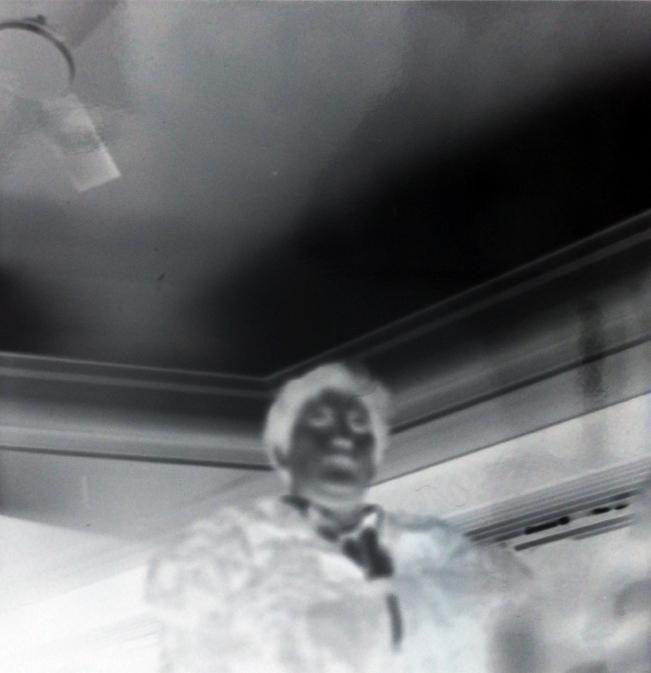 Sténopé photographie noir et blanc negatif femme contre plongee contraste lomographie