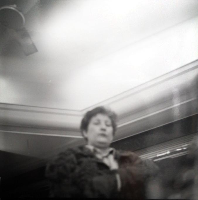 Sténopé photographie noir et blanc positif femme contre plongee contraste lomographie